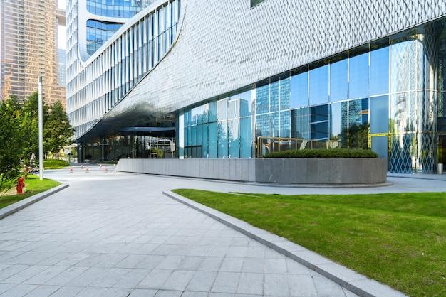Panoramische horizon en gebouwen met lege concrete vierkante vloer Premium Foto