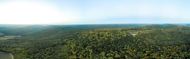 Panoramische opname van een drone van de natuur in moldavië tijdens zonsondergang Gratis Foto