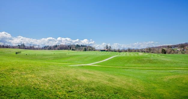 Panoramische opname van een golfbaan in otocec, slovenië op een zonnige zomerdag Gratis Foto
