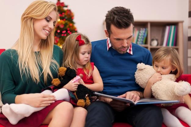 Papa leesboek voor zijn dochters in kerstmis Gratis Foto