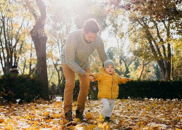 Papa met zijn baby buiten Gratis Foto