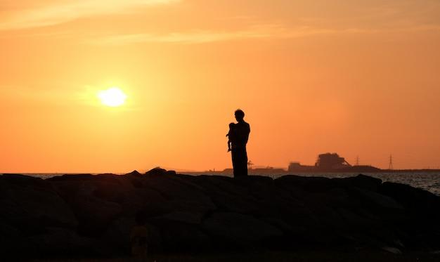Papa met zijn dochter van zonsondergang. gelukkige familie. concept Premium Foto