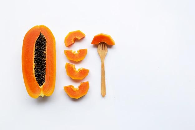 Papajafruit op witte achtergrond Premium Foto