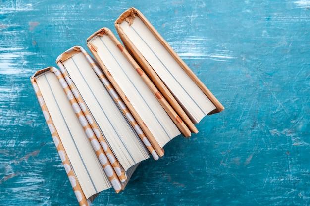 Paperbackboeken op een tafel Premium Foto