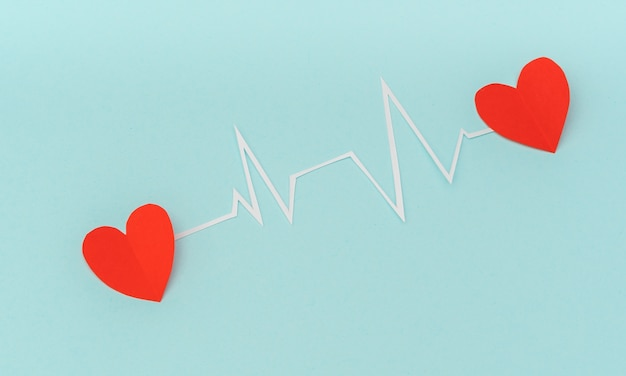 Papier gesneden van cardiogram van het hartritme voor valentijnsdag. Gratis Foto