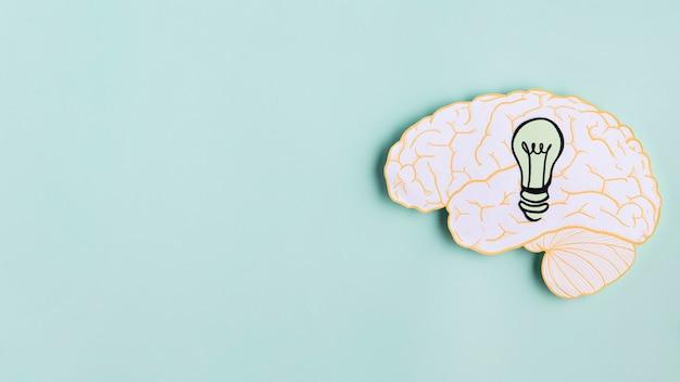 Papier hersenen met gloeilamp en kopie-ruimte Gratis Foto