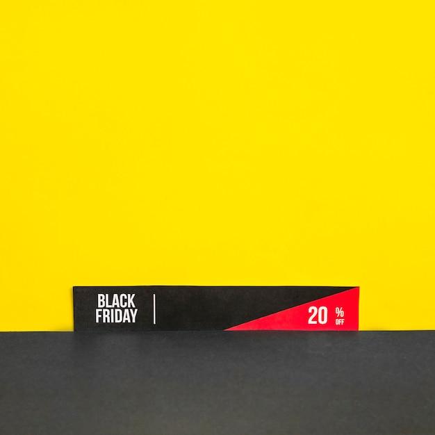 Papier met black friday-inscriptie op gele achtergrond Gratis Foto