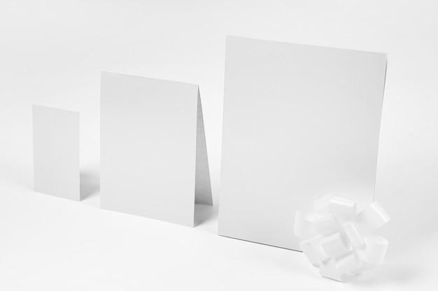 Papier met een witte hoge hoek als achtergrond Gratis Foto
