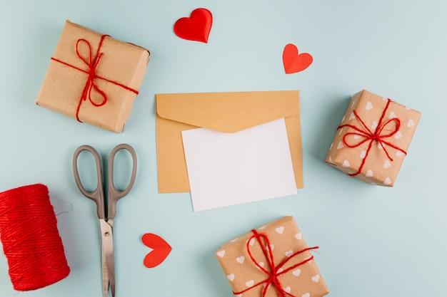 Papier met kleine geschenkdozen en harten Gratis Foto