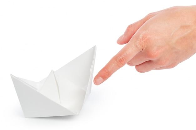 Papier schip in een vrouwelijke hand Premium Foto