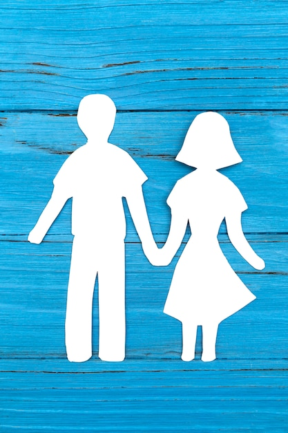 Papier silhouet van man en vrouw hand in hand Premium Foto
