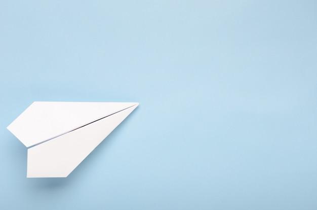 Papier vliegtuig op een blauwe achtergrond. Premium Foto