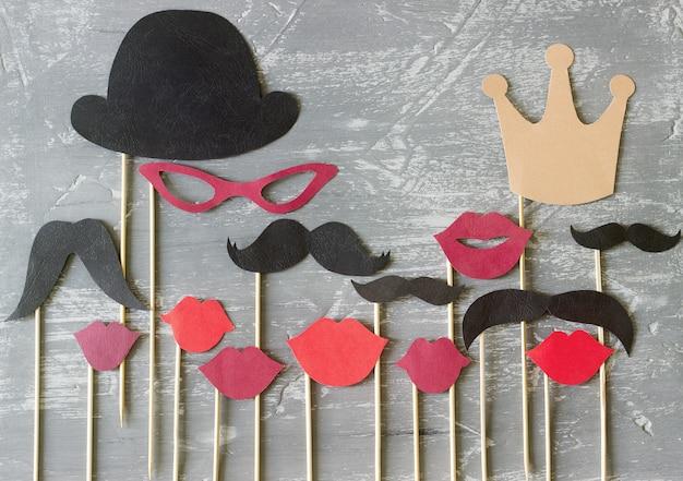 Papieren accessoires op een stok voor een fotoshoot op feestdagen of feestjes Premium Foto