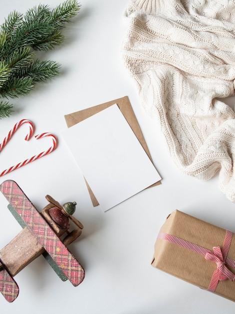 Papieren kaart voor decoratie van letters, enveloppen en xmas. plat leggen voor vrolijk kerstfeest of een gelukkig nieuwjaar. bovenaanzicht. kopieer ruimte Premium Foto