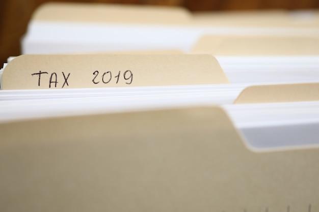 Papieren map van belastingformulier 2019 financieel verslag Premium Foto