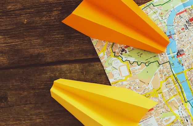 Papieren vliegtuig op de kaart. reizen concept Gratis Foto