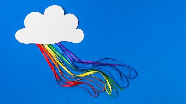 Papieren wolk met heldere tinsels in lgbt-kleuren Gratis Foto