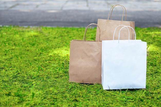 Papieren zakken op het gras. zeg nee tegen plastic zakken. Premium Foto