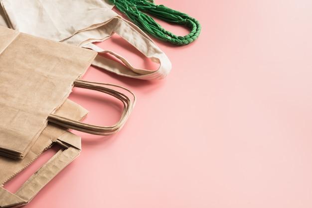 Papieren zakken voor winkelen zonder afval op roze. Premium Foto