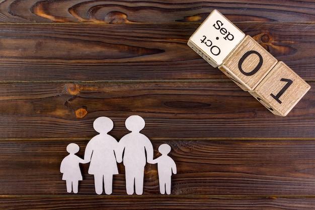 Papiersilhouet van familie met 1 september op een decoratieve kalender. levensverzekering concept Premium Foto