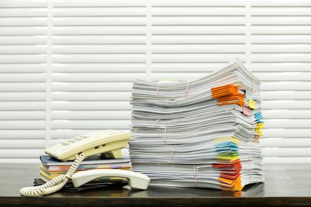 Papierwerk stapel print document ongeorganiseerd op het bureau Premium Foto
