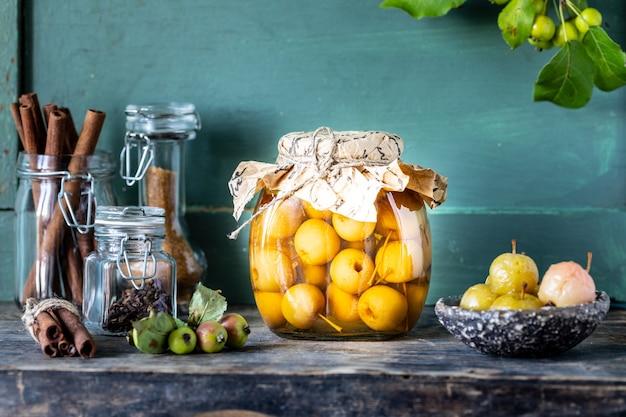 Paradise appeljam. paradise appels in suikerstroop op oude houten. oogsten van de herfstoogst. Gratis Foto