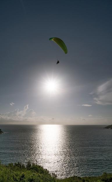 Paraglider extreme sporten in phuket thailand van de zomerdag. Premium Foto