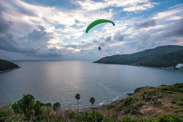 Paraglider jaagt de zonsondergang op windmill viewpoint Premium Foto