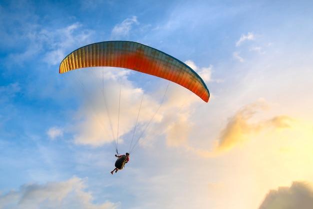 Paraglider stijgende in de blauwe lucht Premium Foto