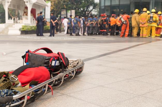 Paramedicus en brancardgurney in mock disaster drill Premium Foto