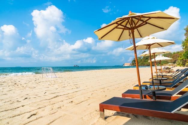 Paraplu en stoel op het strand en de zee Gratis Foto