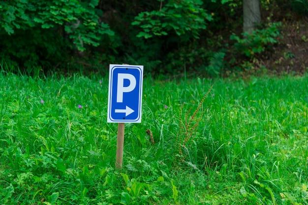 Parcking teken op groen gras Premium Foto
