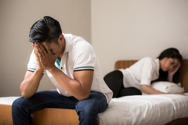 Paren die vechten teleurgesteld in de liefde Premium Foto
