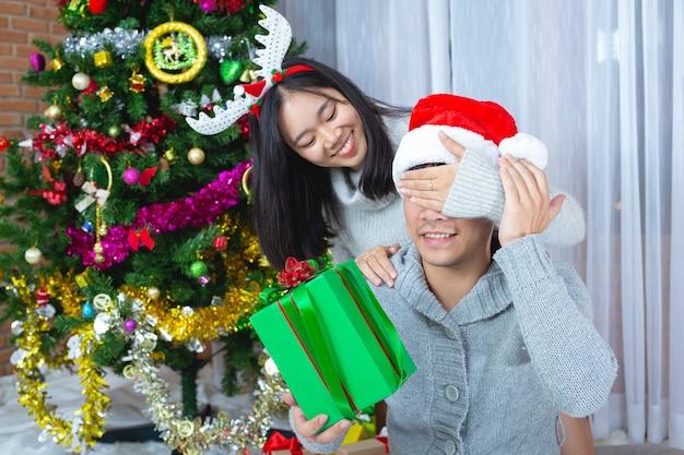 Paren genieten van met kerstcadeau Gratis Foto