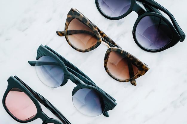 Paren ronde zonnebril op een witte achtergrond Gratis Foto
