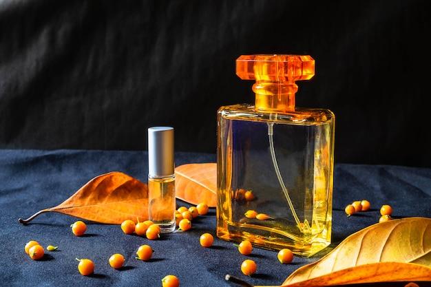 Parfumfles en gouden parfum op een zwarte achtergrond Premium Foto