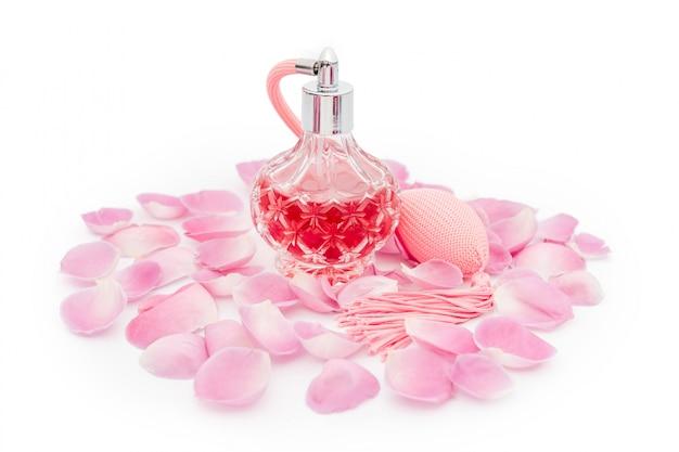 Parfumfles met bloemblaadjes. parfumerie, cosmetica, geurcollectie Premium Foto
