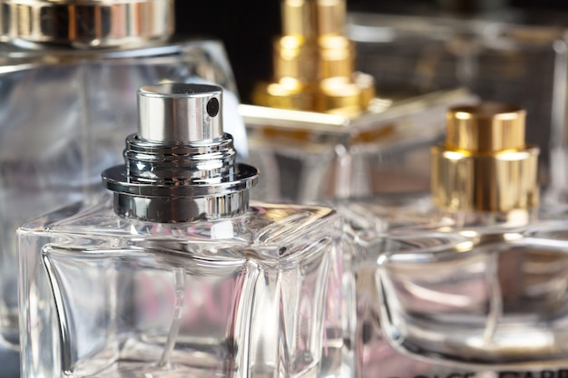 Parfumfles op donker Premium Foto