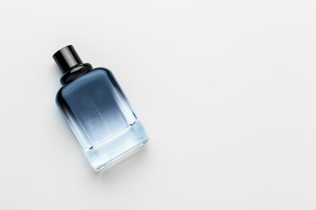 Parfumfles op wit wordt geïsoleerd dat Premium Foto