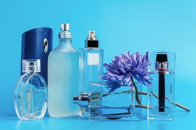 Parfumflesjes met bloemen Premium Foto