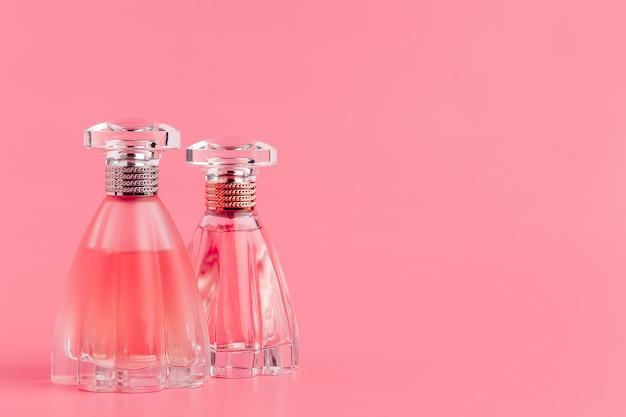 Parfumflesjes op pastelroze Premium Foto