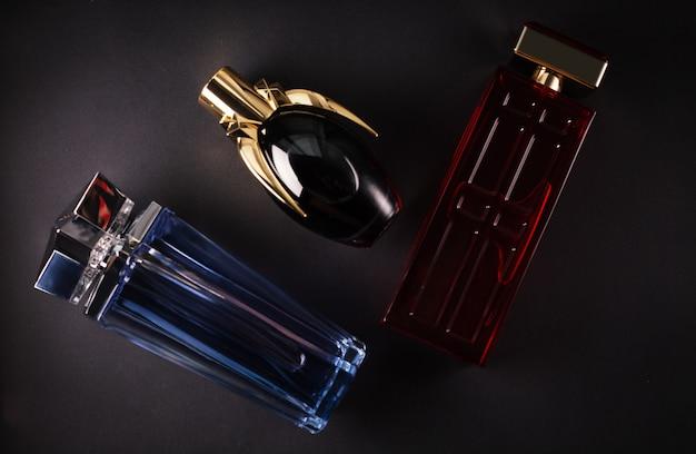 Parfums van verschillende vrouwen op een donkere ondergrond Premium Foto