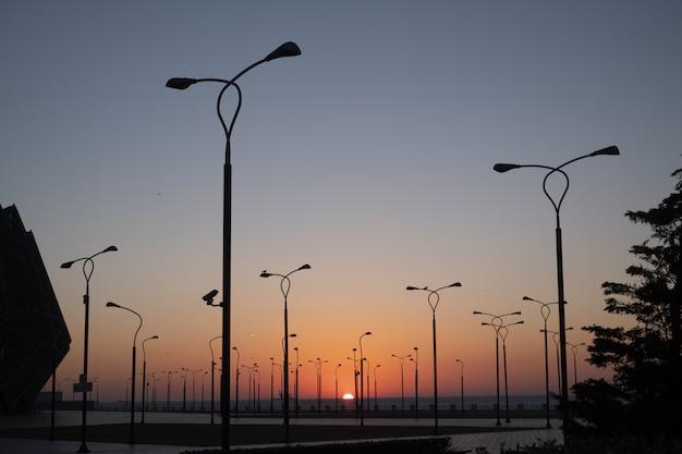 Parkkant met tribunes en projectoren tegen blauwe hemel Gratis Foto