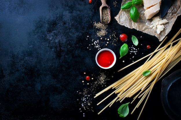 Parmesan recept met een stukje kaas en rauwe pasta en andere ingrediënten Gratis Foto