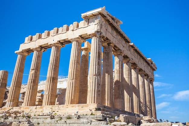 Parthenontempel op zonnige dag. akropolis in athene, griekenland Premium Foto