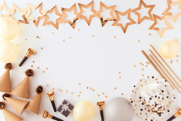 Partij, carnaval, festival en verjaardag gouden achtergrond met ballon, kleurrijke partij streamers en confetti. Premium Foto