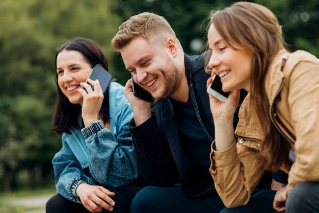 Partners die op bank in park ontspannen Gratis Foto