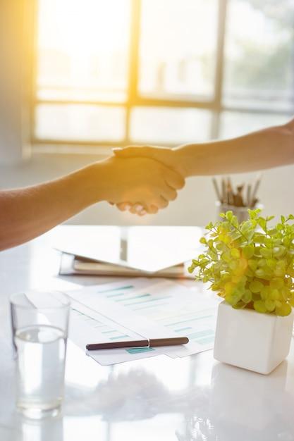 Partnerschap vergadering bedrijfsconcept. zakenman handdruk. succesvolle zakenlieden handenschudden na een goede deal. Gratis Foto