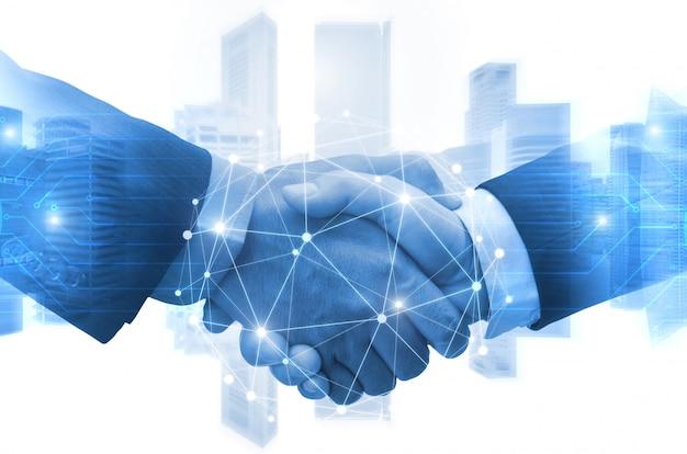 Partnerschap - zakenman handen schudden met effect digitale netwerk link verbinding grafisch diagram, digitale wereldwijde technologie met stadsgezicht achtergrond Premium Foto