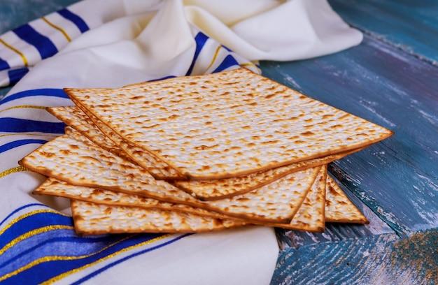 Pascha matzoh joods vakantiebrood over lijst. Premium Foto